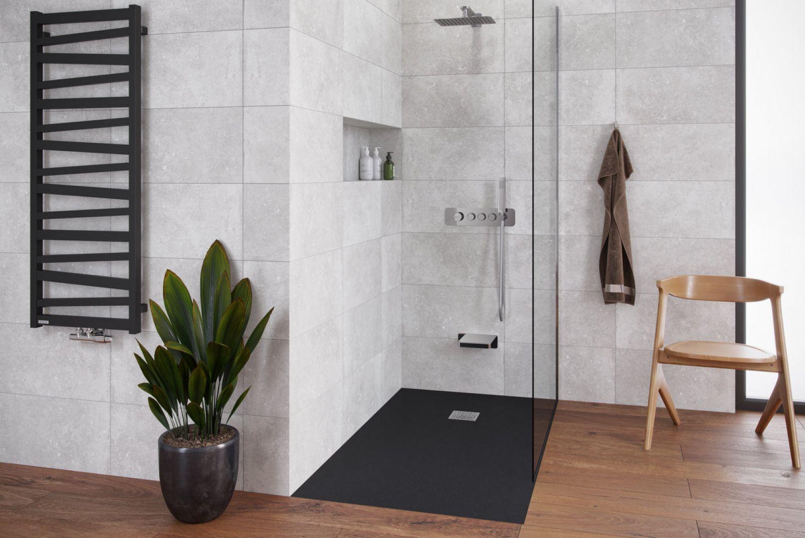Brodzik kompozytowy seria Arda, ścianka prysznicowa seria Vidoq, zestaw prysznicowo-wannowy podtynkowy z trzema funkcjami seria Krotos. Fot. Excellent