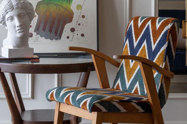 Na rynku coraz częściej pojawiają się tkaniny tapicerskie o odważnych deseniach i kolorach. Trochę na przekór dominującej przez lata prostocie i minimalizmowi, dziś odważniej szukamy własnego stylu, kreujemy przestrzeń tak, by dopasować ją d