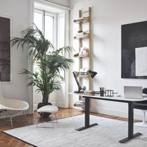 Zadbaj o ergonomiczny fotel do pracy. Dobre siedzisko musi być elastyczne i zwrotne, tak by dostosowywało się do ułożenia ciała i zmian pozycji. Za zdjęciu: biurko Height Adjustable Desk, fotel Saarinen Tulip. Fot. Knoll / Mood-design