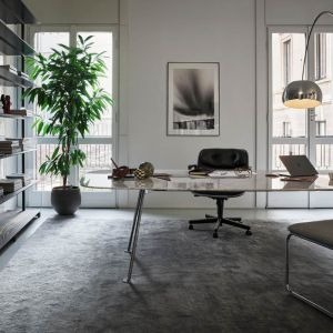 Pomyśl o wstawieniu do pokoju biurka z regulowaną elektrycznie wysokością blatu. Na zdjęciu: stół Grasshopper. Fot. Kroll / Mood-design