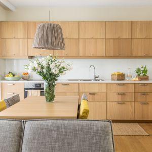 Ciepła i przytulna kuchnia w drewnie Projekt Dorota Kudła. Fot. Pion Poziom