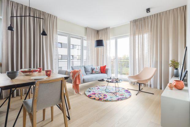Tkaniny w salonie to sposób na ciepłe i przytulne wnętrze. Modne zasłony, zwiewne firany, czy też rolety sprawdzą się w każdej stylistyce.