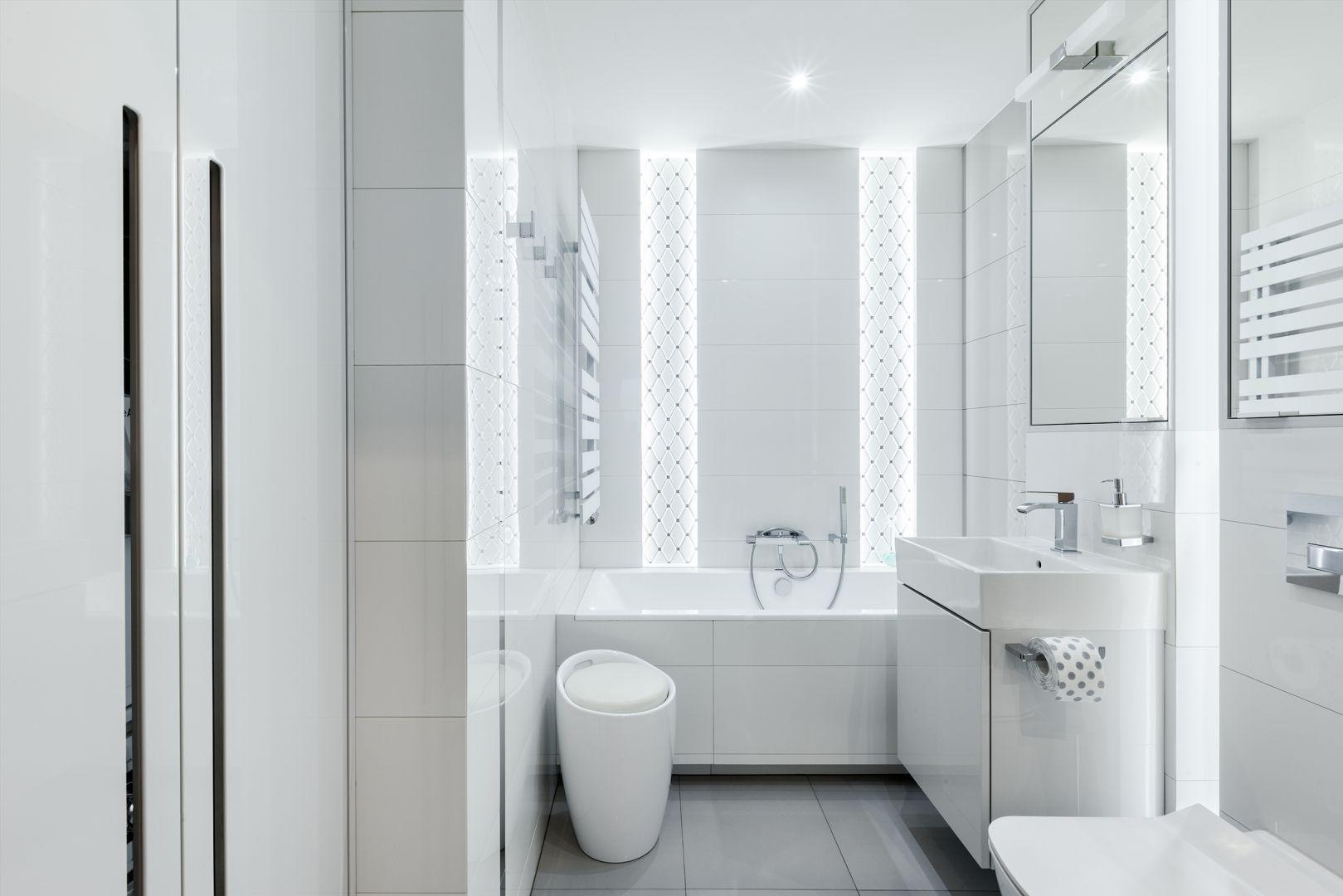 Biała łazienka w stylu total look. Projekt Justyna Mojżyk, poliFORMA. Fot. Monika Filipiuk-Obałek