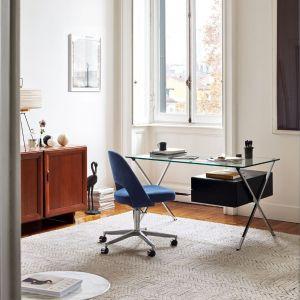 Ważna jest też wysokość fotela. Musisz ją tak dobrać, by stopy opierały się w całości płasko na podłożu. Na zdjęciu: fotel Saarinen Conference Armless, biurko Albini. Fot. Kroll / Mood-design