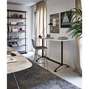Nowe modele biurek marki Knoll nie zajmują wiele miejsca, a pozwalają pracować na stojąco lub w bardziej wyprostowanej pozycji siedząc na wysokim taborecie. Na zdjęciu: krzesło Bertoia Barstoolpg. Fot. Kroll / Mood-design