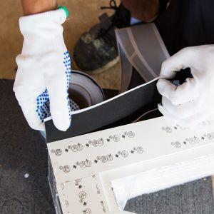 W odpowiedzi na potrzeby energooszczędnego budownictwa, stosuje się montaż warstwowy, pozwalający na pełne wykorzystanie parametrów użytkowych nowoczesnej stolarki okiennej i drzwiowej. Fot. AIB
