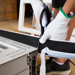 W przypadku okien i drzwi, najsłabszym, najbardziej wrażliwym na straty energii cieplnej miejscem jest połączenie na styku stolarka-mur. Brak odpowiedniego uszczelnienia tej przestrzeni może zniweczyć efekty prac montażowych i skutkować zawilgoceniem. Fot. AIB