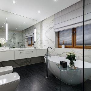 Domowe spa w łazience w jasnych kolorach. Projekt: Karolina Perih Kamecka. Fot. Łukasz Michalak