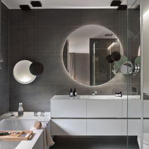 Pomysł na domowe spa w łazience szarej kolorystyce. Projekt: Katarzyna Kraszewska Architektura Wnętrz. Fot. Tom Kurek