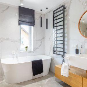 Drewno zestawiono w tej łazience z białymi płytkami z marmurowym wzorem. To świetny pomysł na domowe spa. Projekt: Weronika Budzichowska, To Be Design. Fot. Marta Behlig Pion Poziom Fotografia Wnętr