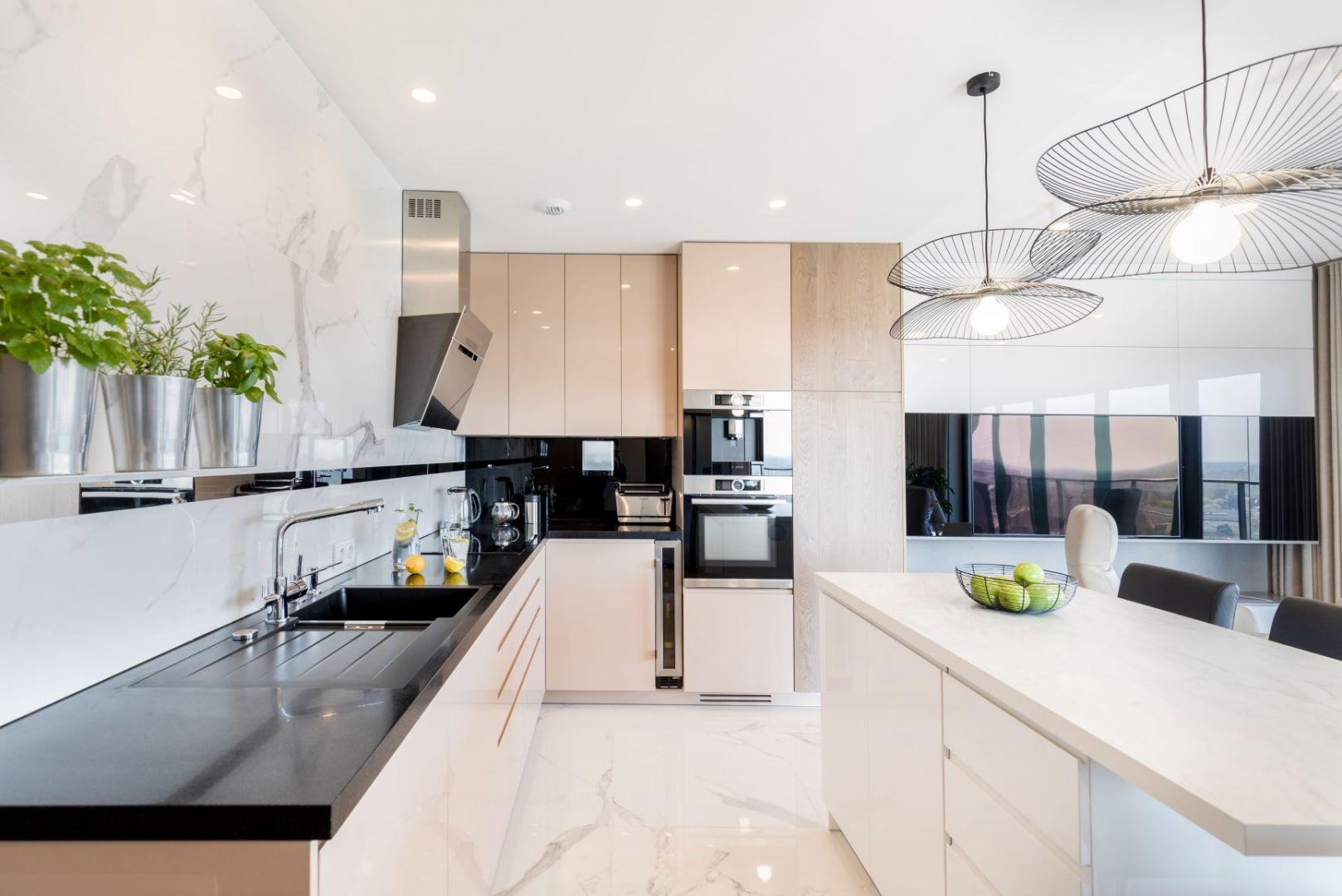 Właścicielom zależało, by wnętrza ich przyszłego apartamentu były ponadczasowe, minimalistyczne, choć nie chłodne. Realizacja wnętrza: Monika Staniec. Zdjęcia: Łukasz Bera