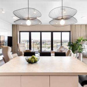 Apartament o powierzchni 85 mkw. to przestronny, zalany naturalnym światłem salon z częścią wypoczynkową i aneksem kuchennym. Realizacja wnętrza: Monika Staniec. Zdjęcia: Łukasz Bera