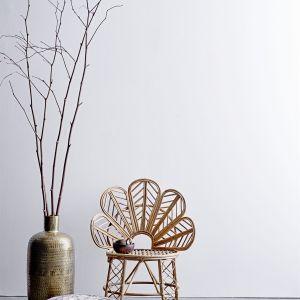 Krzesło Emmy z oparciem w kształcie kwiatu. Wyplatane ręcznie, z naturalnej trzciny, w jasnym, naturalnym kolorze. Cena: 1479 zł, Bloomingville/Bohemianliving.pl