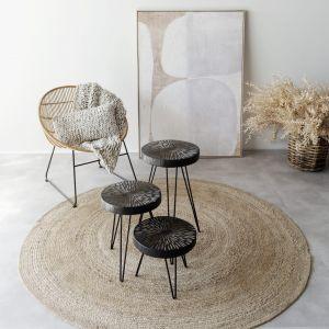 Krzesło kubełkowe, okrągłe Sun, belgijskiej marki Pomax. Krzesło o okrągłym kształcie, wykonane z naturalnego rattanu, na metalowej, czarnej podstawie. Cena: 1645 zł, Pomax/Bohemianliving.pl