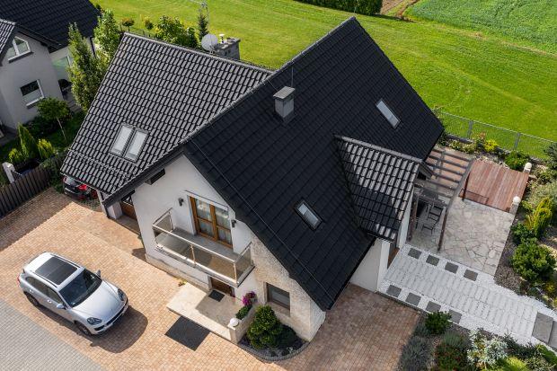 Wybór pomiędzy dachówką ceramiczną a cementową to podstawowy dylemat inwestora, który decyduje się położyć na dachu swojego domu ciężkie pokrycie.Produkty te na pierwszy rzut oka wyglądają niemal identycznie. Mają zbliżone kształty,