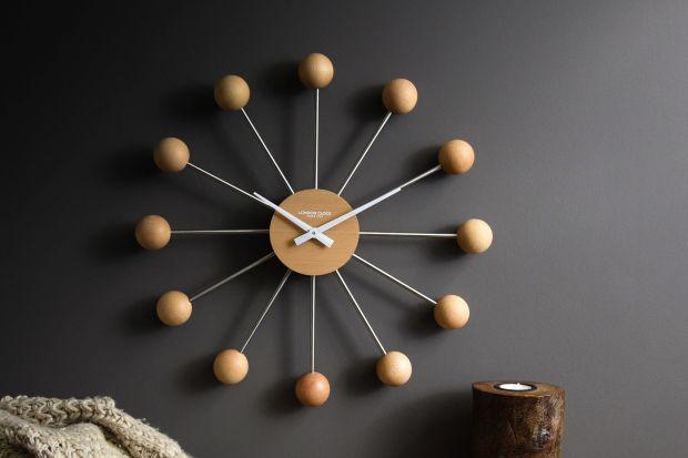 Nie nasz pomysłu na modną dekorację ściany w salonie? Wybierz zegar ścienny! Jakimodel zegara wybrać? Zobacz nasz redakcyjny przegląd 13 bardzo modnych wzorów!