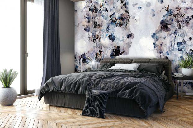 Nie wiesz, czym wykończyć ścianę za łóżkiem sypialni? Dzisiaj polecamy 10 pomysłów na piękne i bardzo dekoracyjne tapety. Może znajdziesz swój ulubiony?