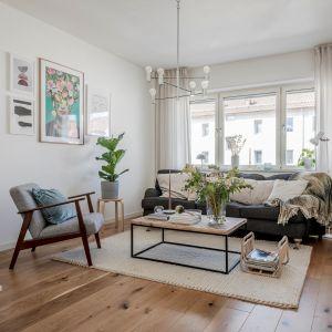 Biały salon w mieszkaniu w bloku. Jasny i przytulny. Fot. Alvhem Makleri.