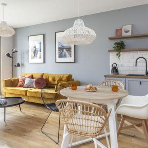 Żółta sofa ożywia przestrzeń małego salonu w bloku. Projekt Ewa Dziurska, Katarzyna Domańska, Decoroom. Fot. Marta Behling, Pion Poziom
