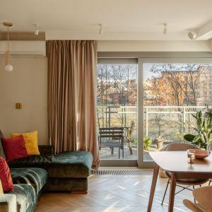 Ciepły i przytulny salon w bloku. Projekt Finchstudio. Stylizacja i fot. Aleksandra Dermont