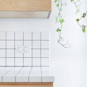 Na blacie i ścianie między szafkami znalazły się biało-czarne płytki-kafelki. Projekt wnętrza: Barbara Klimek, Pracownia Barak. Zdjęcia: Jakub Nanowski, Perspektywa