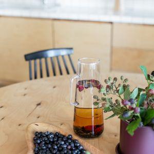 Drewniany stół idealnie dopełnia tę aranżację. Projekt wnętrza: Barbara Klimek, Pracownia Barak. Zdjęcia: Jakub Nanowski, Perspektywa