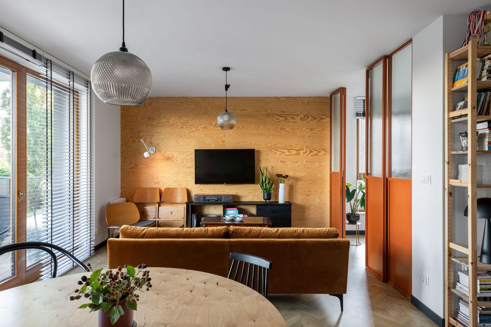 Część dzienna jest urządzona w ciepłych kolorach, ale w industrialnej stylistyce. Projekt wnętrza: Barbara Klimek, Pracownia Barak. Zdjęcia: Jakub Nanowski, Perspektywa