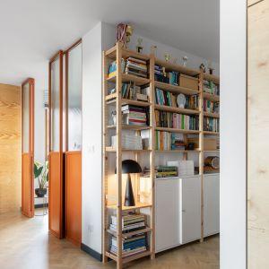Zabudowa w kolorze oranż znakomicie ożywia wnętrze. Projekt wnętrza: Barbara Klimek, Pracownia Barak. Zdjęcia: Jakub Nanowski, Perspektywa