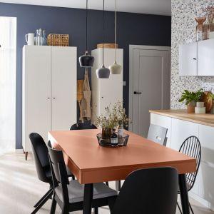 Mówiąc o kuchni – zasięg customizacji się zwiększa, gdyż w grę wchodzą meble do zabudowy, ale też gotowe zestawy mebli kuchennych. Fot. Galeria Wnętrz Domar / Vox