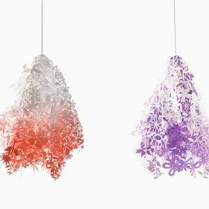 Lampa Midsummer dla Artecnica. Składająca się z dwóch ułożonych kaskadowo warstw, powycinanych w olśniewające wzory kwiatów i liści, lampa Tord'a Boontje dodaje ciepła i klimatu każdemu pomieszczeniu. Fot. Artecnica