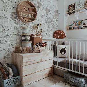 Ściany w pokoju dziecka wykończone tapetą. Fot. Dekornik