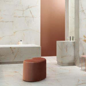 Płytki do łazienki z kolekcji Ambra Bianca dostępne w ofercie firmy Ceramika Tubądzin. Fot. Ceramika Tubądzin