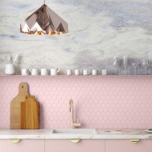 Mozaikę różową dobrze zestawić z bielą, szarością, marmurem, drewnem, tworząc w ten sposób neutralną bazę i przeciwwagę dla pastelowych kafli. Fot. Raw Decor