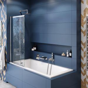 Modna łazienka to dziś łazienka w kolorze! Na zdjęciu pomysł na łazienkę w odcieniu niebieskiego. Parawan nawannowy rozsuwany, seria Liner. Fot. Excellent
