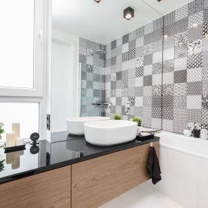 Piękna łazienka z wanną i ścianą z patchworkowych płytek. Projekt: Joanna Nawrocka, JN Studio Joanna Nawrocka. Fot. Łukasz Bera