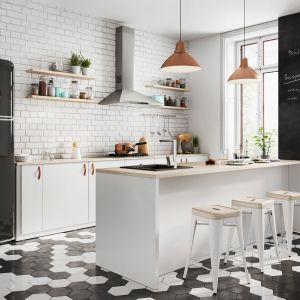 Kuchnia bez wiszącej zabudowy idealnie nadaje się do aranżacji w stylu skandynawskim czy loftowym. Fot. Ferro