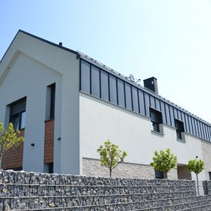Z myślą o prostych, minimalistycznych, a jednocześnie odważnych bryłach domów powstał ukryty system rynnowy montowany w warstwie izolacyjnej. Fot. Galeco