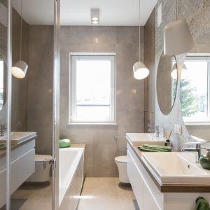 Łazienka dla rodziny nawiązuje do estetyki vintage. Wyposażona została w wannę, prysznic walk-in oraz dwie nablatowe umywalki. Projekt i zdjęcia: KODO Projekty i Realizacje Wnętrz