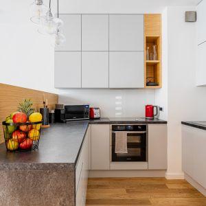 W kuchni wygospodarowano sporo miejsca na blat roboczy i przechowywanie. Projekt Modify. Fot. Michał Młynarczyk