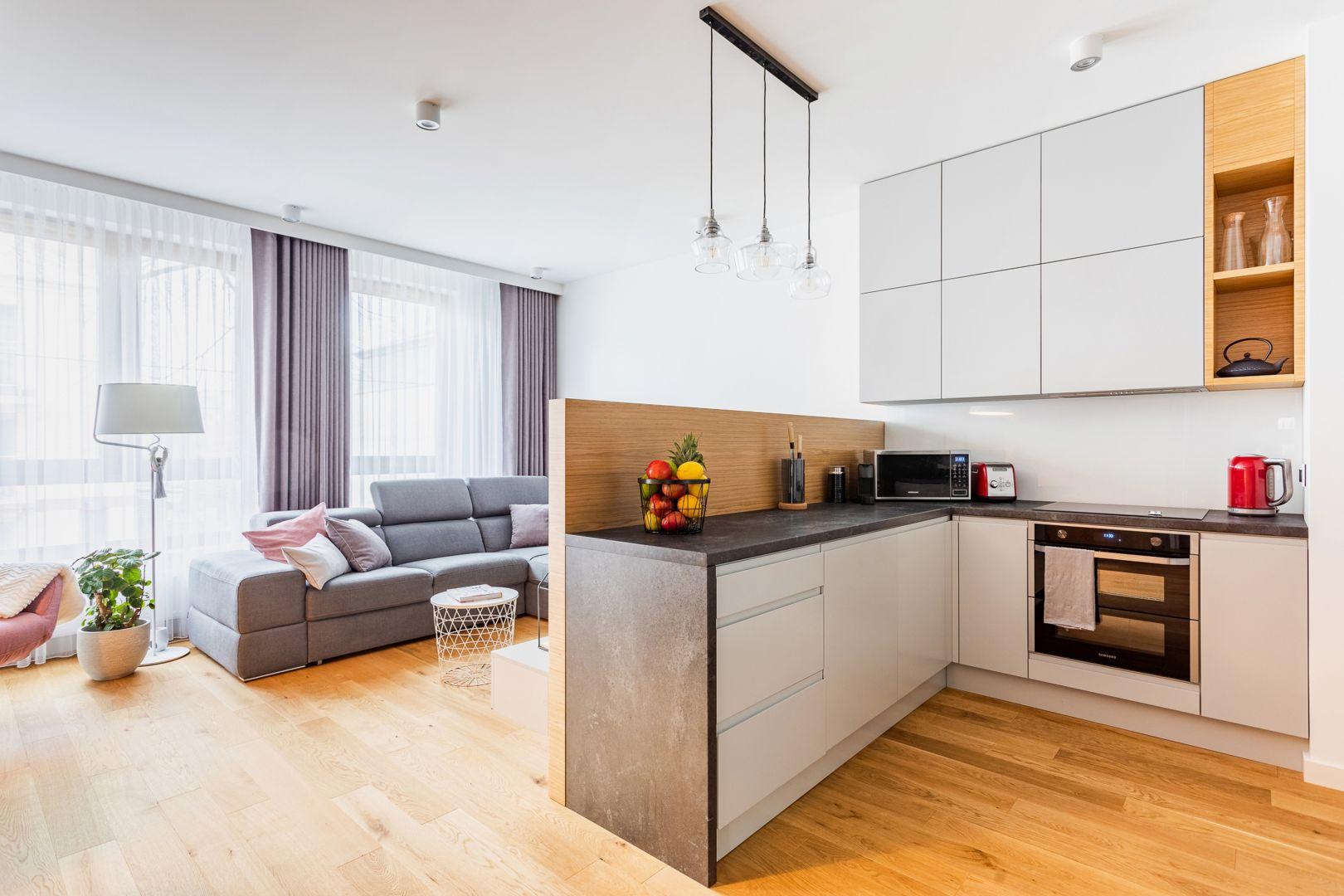 Największym wyzwaniem projektowym było opracowanie układu funkcjonalnego dla przestrzeni otwartej – salon, kuchnia, jadalnia i przedpokój. Projekt Modify. Fot. Michał Młynarczyk