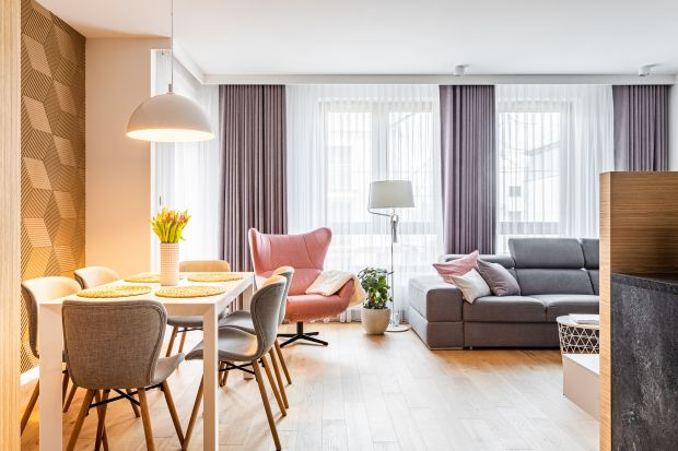 Mieszkanie składa się z przestrzeni otwartej, dużego przedpokoju, salonu z aneksem kuchennym i jadalnią oraz odrębnych pomieszczeń - sypialni, łazienki, toalety i pokoju gościnnego. Młodemu małżeństwu zależało przede wszystkim na funkcjonaln