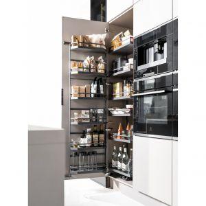 System Tandem umożliwia umieszczenie produktów zarówno na drzwiach, jak i półkach wewnętrznych, które udźwigną aż 85 kg. Fot. Peka