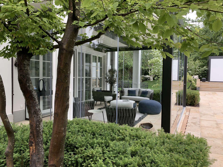 W ogrodzie powstały trzy przeszklone altany, jedna z nich została dobudowana do domu, stanowiąc przedłużenie strefy dziennej. Projekt i zdjęcia: Aga Kobus i Grzegorz Goworek, pracownia Studio Organic