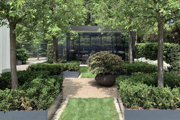 Właściciele domu jednorodzinnego w Monachium marzyli o ogrodzie, który będzie korespondował z klasyczną architekturą budynku. Projekt powierzyli warszawskiej pracowni Studio Organic.
