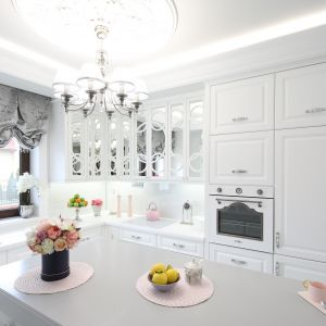 Elegancka klasyczna kuchnia w białym kolorze. Projekt Edyta Niewińska. Fot. Bartosz Jarosz