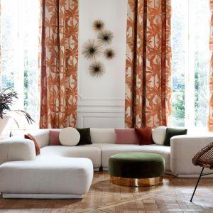 Kolorowe zasłony w salonie z kolekcji Montebello dostępne w ofercie marki Manuel Canovas. Fot. Manuel Canovas