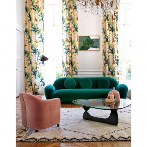 Kolorowe zasłony w salonie z kolekcji Salengro dostępne w ofercie marki Manuel Canovas. Fot. Manuel Canovas