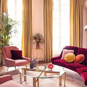 Kolorowe zasłony w salonie z kolekcji Fabric dostępne w ofercie marki Manuel Canovas. Fot. Manuel Canovas