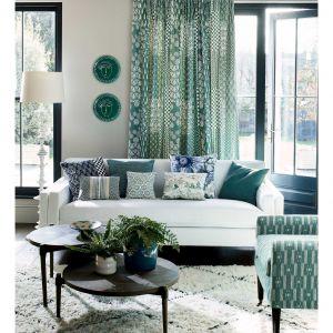 Kolorowe zasłony w salonie z kolekcji Tissu Vita dostępne w ofercie marki Jane Churchill. Fot. Jane Churchill