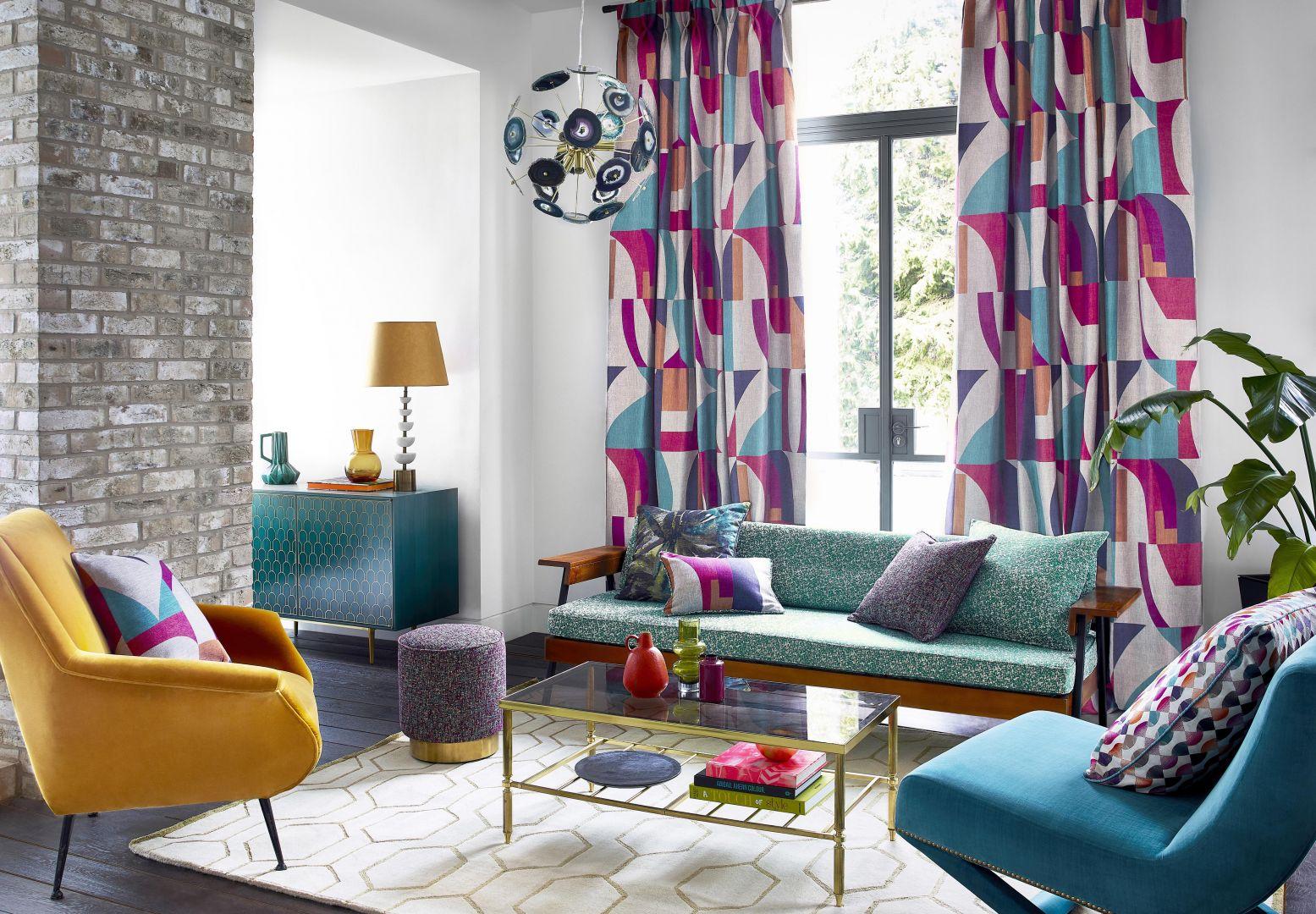 Kolorowe zasłony w salonie z kolekcji Bodega dostępne w ofercie marki Harlequin. Fot. Harlequin